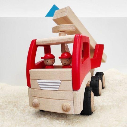 Camion en bois avec pompiers